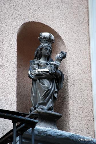 Hornacina con la imagen de una Virgen María con el Niño en brazos en una fachada de una casa de la calle Zapatería.