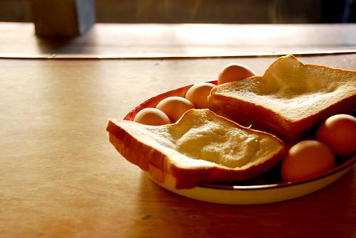 熱騰騰的香蕉三明治&白煮蛋