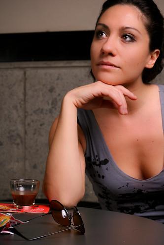 フリー画像| 人物写真| 女性ポートレイト| ラテン系女性| 頬杖/頬づえ| イタリア人|      フリー素材|
