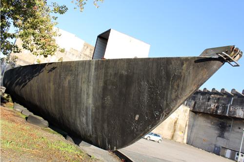 Lors de son déplacement sur le parking de la base sous-marine, le Vendredi 13 a été démâté.