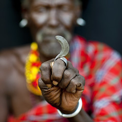 Turkana tribe secret weapon, a finger blade - Kenya (Eric Lafforgue) Tags: africa people beads hand kenya chief main culture tribal weapon tribes bead afrika blade lame tradition tribe ethnic tribo afrique ethnology tribu eastafrica arme turkana beadednecklace qunia lafforgue ethnie ethny 6945  qunia    beadsnecklace kea    a