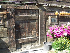 Tür in Livigno (solino_222) Tags: door wood italien pink italy puerta italia doors decay rosa porta porte holz tür italie bois legno portone türen valtellina puertas portes portoni dwwg