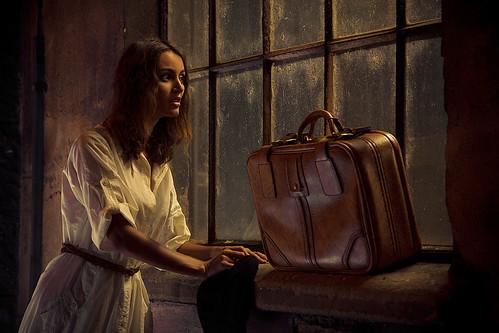 フリー画像| 人物写真| 女性ポートレイト| 白人女性| 窓辺の風景| 鞄/バッグ|      フリー素材|