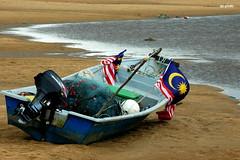 Nelayan 1 Malaysia... (AzharMalekPhoto) Tags: sea beach boat fisherman flag kuala perahu pantai terengganu nelayan kemaman jalurgemilang bendera pantaikemasik malaysianbeach 1malaysia