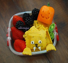 Werewolf Toddler Snack Bento (sherimiya ) Tags: orange cute halloween face werewolf fruit lunch pepper kid healthy toddler jackolantern sheri strawberries snack meal bento blackberries ravioli 2yearold peapods sherimiya