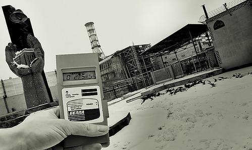 圖片為在車諾比前使用老式輻射測量儀,攝影/ Gregory Kowalski 。