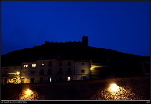 La muralla sobre albarracín