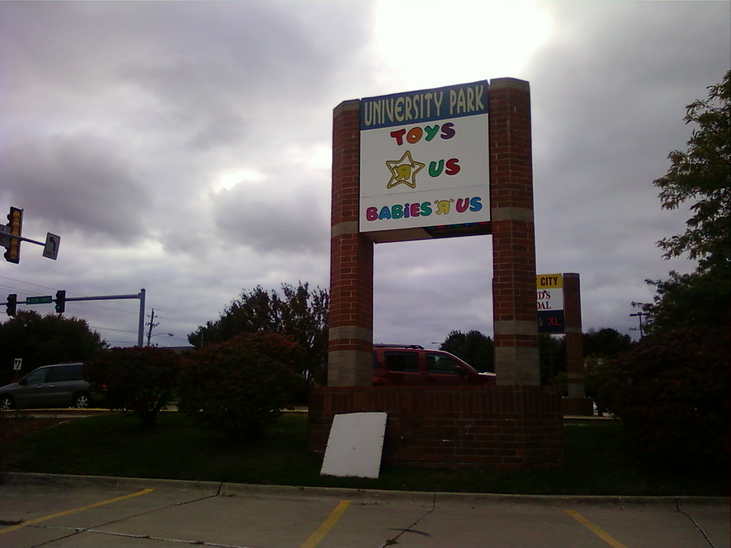 Toys R Us - Clive (Des Moines), Iowa - Sign by University Ave.