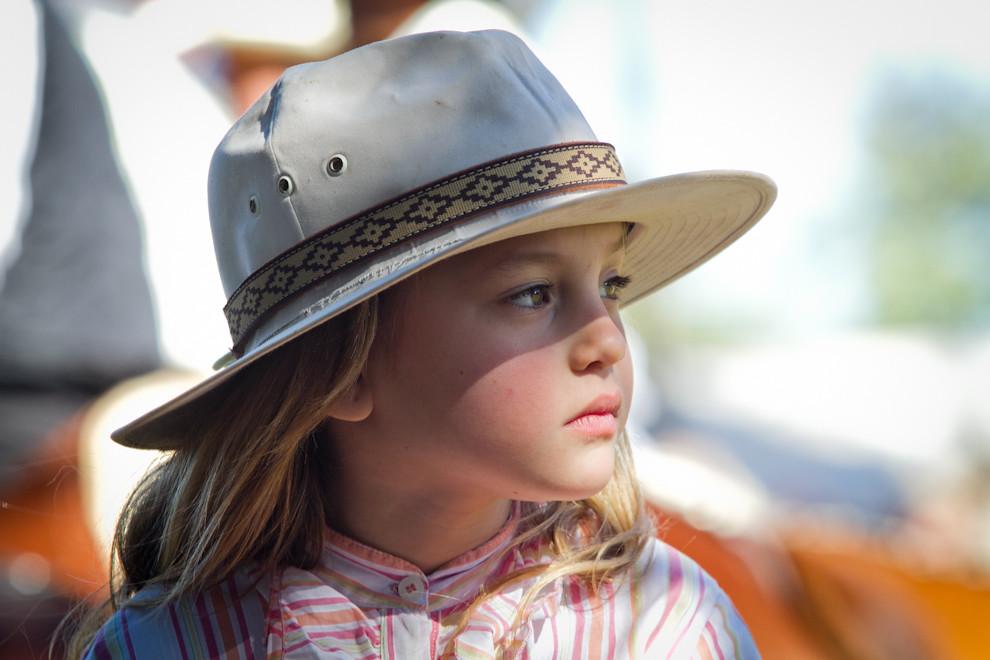 Una hermosa y joven amazona espera en su pequeño caballo,  minutos  antes de dar inicio a uno de los principales desfiles del día en el ruedo central de la plaza del pueblo. (Tetsu Espósito, San Miguel - Paraguay)