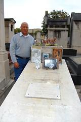 Domingo Del Pilar  en  la tumba de María Montez