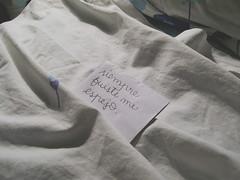 Por ahí un papelito que solamente dice: (no cabe en los moldes) Tags: frias sábanas papelito