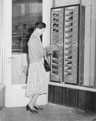 05-00-1956_13904 Kousenautomaat (IISG) Tags: woman stockings amsterdam fashion female mode handbag vrouw nylons automatiek automaat handtas kousen benvanmeerendonk zelfbediening dameskousen