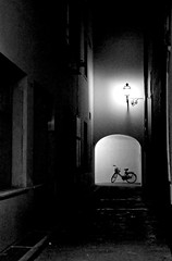 spaccato di solitudine nel centro di Firenze (Lollo [neon]) Tags: white black nikon dream e firenze luci vicolo bianco arco atmosfera nero notturno bicicletta sogno solitudine bagliore strutture d80 oniricamente naturallyartificial neroamet bianconeroitalia allphotoswanted