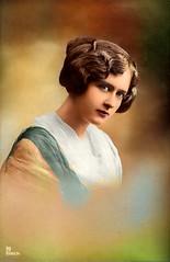 Vorführdame 1913 Koloriert (zimmermann8821) Tags: atelierfotografie bluse damenfrisur damenmode deutscheskaiserreich deutschesreich fotografie fotografiekoloriert frisur haarklammer mannequin mode person postkarte vorführdame