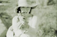 _濕潤的夢囈。 (eliot.) Tags: blackandwhite flower film minolta taiwan 台灣 agfa eliot agfavista200 himatic7s 苗栗縣 vista200 穀雨,手札 擁抱的黏度 夢,斜切面