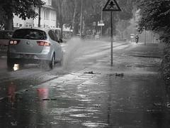 Sommerregen (Colognia) Tags: auto wasser sommer strasse jahreszeit verkehr regen tropfen nass pftze sommerregen spritzwasser