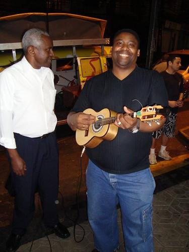 Vaguinho fez o cavaco da escola no aniversário do Portal Rocinha.org no Nosso Shoping em agosto de 2009