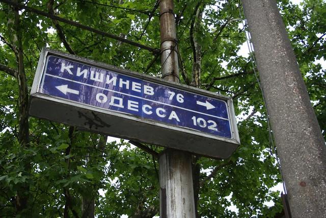 Alfabeto Russo - Foto de placa de estrada no centro de Tiraspol na Pridnestróvia, que dá direcções para Chisinau a capital da Moldávia e Odessa na Ucrânia