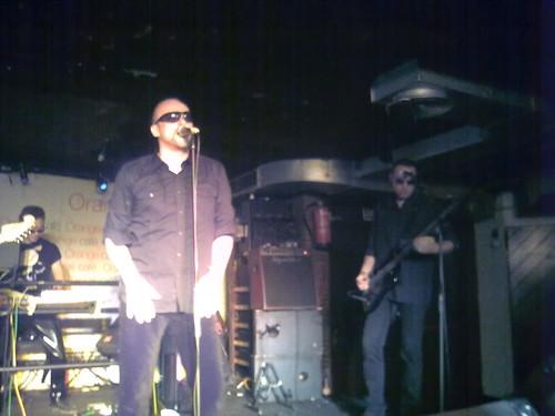 amor y odio. Canciones de amor y odio. Ayer estuvimos en el concierto en Madrid de Niños del Brasil. A la izquierda había dos guitarristas pero mejor dejarlos fuera de