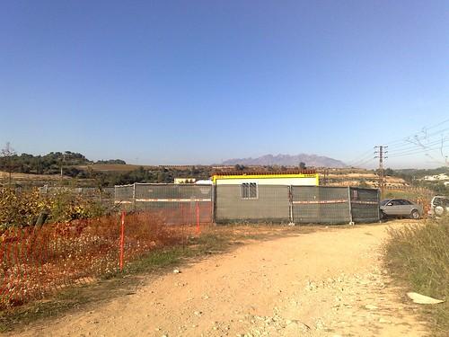 A les vinyes comencen les obres de l'enllaç a l'autopista, amb les corresponents 8 cabines de peatge...