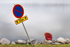 Stillleben (pni) Tags: street red green broken water grass sign rock stone suomi finland bay helsinki chair quiet noparking shore helsingfors tlnlahti tl skrubu pni tlviken pekkanikrus