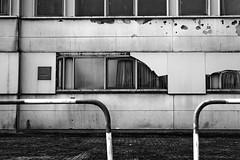Fenstersichten (Fotogehen) Tags: wand himmel stadt architektur sw block form turm dach stein rund schwarz bremerhaven beton fassade abstrakt zeichnung maritim spitze ziegel formen dreieck objekt wei§ gebude kste trme