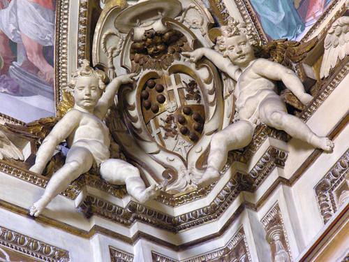 Cherubs carrying a coat of arms in Santa Maria in Trastevere