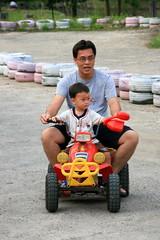 20091108_9717 (Yiwen103) Tags: 內灣 露營 尖石 卡丁車 櫻花谷 碰碰船 踏踏球