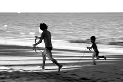 E quando eu estiver triste... (Fabiana Velôso) Tags: amigos praia meninos mar areia felicidade pb alegria pretoebranco fabianavelôso