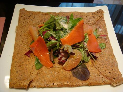 ガレット: スモークサーモンとピンクグレープフルーツのサラダ仕立て