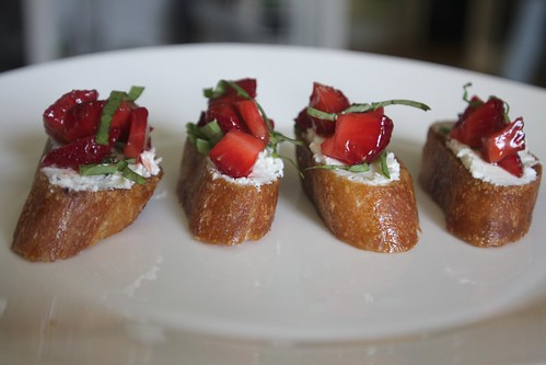 strawberry goat cheese bruschetta