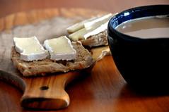 Bolle med brie og kaffe med mælk