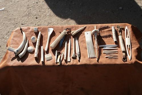 Wikinger-Produkte aus Knochen und Geweihe vor dem Haus des Kammmachers in Haithabu - Museumsfreifläche Wikinger Museum Haithabu WHH 13-09-2009