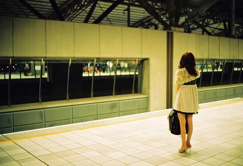 フリー画像| 人物写真| 女性ポートレイト| アジア女性| 後ろ姿| 駅/プラットホーム|      フリー素材|