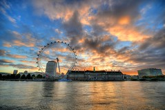 London Eye at Sunrise (5ERG10) Tags: city uk longexposure greatbritain morning blue england orange motion reflection london eye water colors westminster sergio wheel yellow thames museum architecture night clouds photoshop sunrise reflections river dawn lights aquarium nikon colorful europe glow cityscape colours alba unitedkingdom londoneye wideangle landmark handheld ferriswheel museo colourful londra acquario hdr embankment westminsterbridge inghilterra mattina d300 stthomashospital 3xp photomatix sigma1020 tonemapping amiti 5erg10 sergioamiti