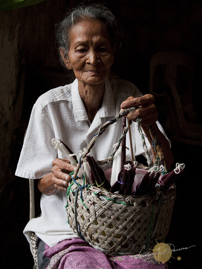 Caysasay Lola Candle Vendor (Olympus E-P1, ISO 400, 14-42mm Kit Lens, f4.7, 1/80sec)