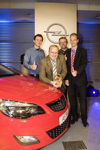 Goldenes Lenkrad mit Opel Astra-Bloggern