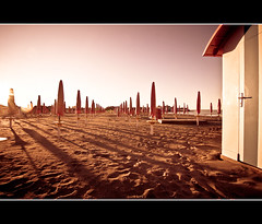 planet beach (buttha) Tags: sea italy beach sand italia mare shadows tokina1224 ombre cabina beachhut ombrelloni spiaggia grado sabbia beachumbrella friuliveneziagiulia photographia theauthorsplaza