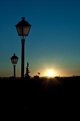 A la luz de un farol apagado... (InVa10) Tags: park city blue parque light sunset sky españa sun black tree luz sol silhouette azul backlight canon contraluz de arbol atardecer eos spain streetlights negro ciudad badajoz cielo silueta puesta farolas brightness horizont horizonte alcazaba brillo extremadura inva 450d