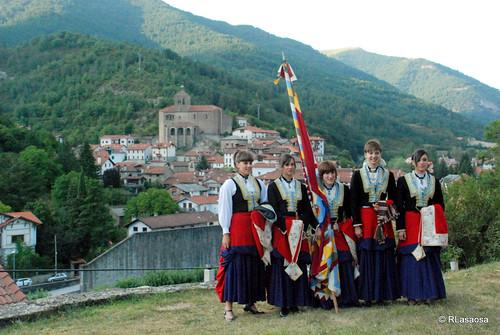 Grupo de jóvenes ataviadas con el traje típico roncalés. Al fondo, el pueblo de Roncal, villa natal de Sebastián Albero.