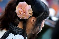 Il fiore perduto (Xelisabetta) Tags: woman flower canon donna  nippon  fiore giappone  tky omotesand xelisabetta elisabettagonzales
