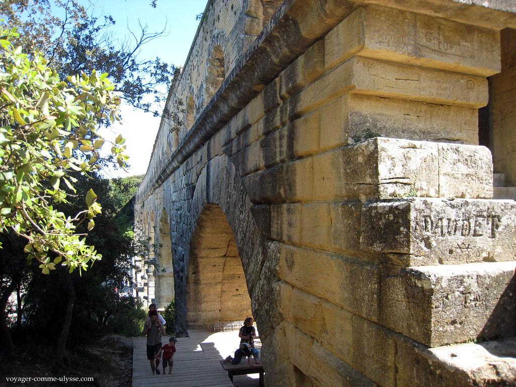 Toujours beaucoup de touristes, au Pont du Gard