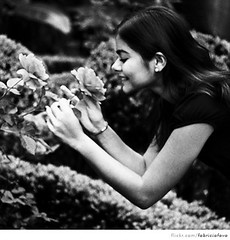(fabrcio fava) Tags: portrait film smile rose mulher flor rosa sorriso canoneos cheirando roseira cheirar