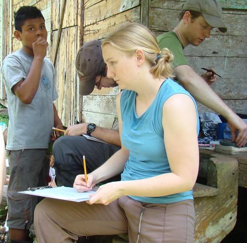 Voluntarios extranjeros y locales monitorean las aves.
