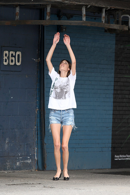 Preppie_-_Alexa_Chung_hangs_around_and_has_fun_with_friends_in_New_York_City_6225