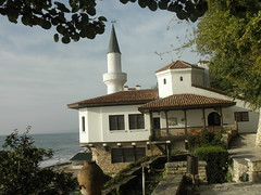 Balchik Palace (Juliette_G) Tags: travel blue white green history nature architecture seaside palace bulgaria urbannature pottery botanicalgarden blacksea balchik etara ethnographic