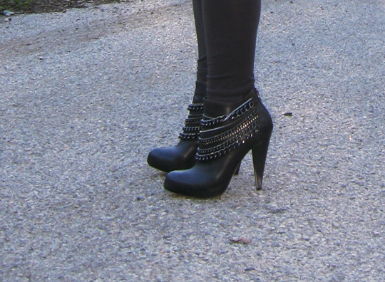 huge-cardigan-boots-with-chains-3