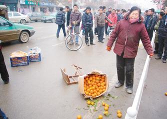 城管欺负买桔子的老妇
