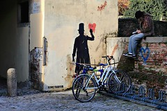 .. prendere appunti .. (click__1525 a F p) (Ziozampi) Tags: kennyrandom kenny random graffiti murales bicicletta persone street streetphotography streetart urban fav explore wgalleria