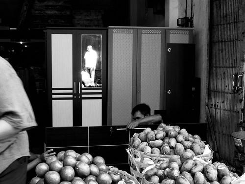 Tukang lemari kolaborasi dengan pedagang buah :)